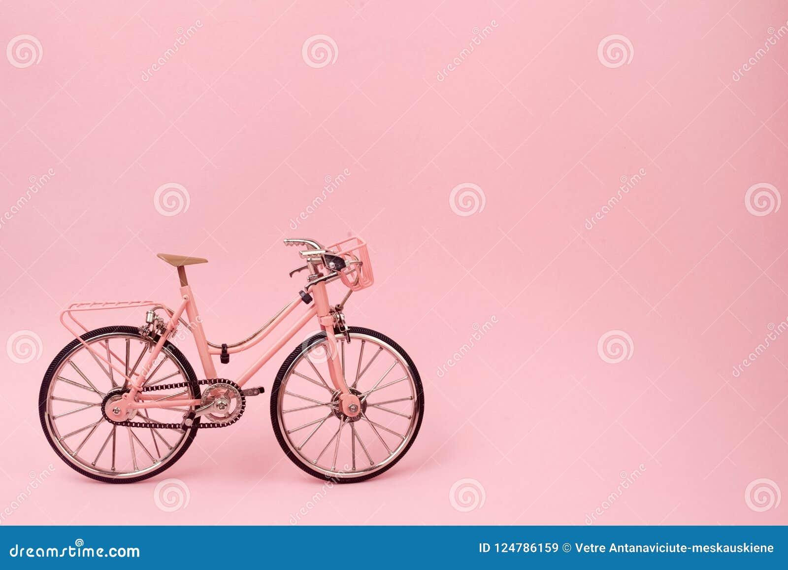 Bicicleta cor-de-rosa do vintage no fundo cor-de-rosa conceito mínimo pastel do estilo