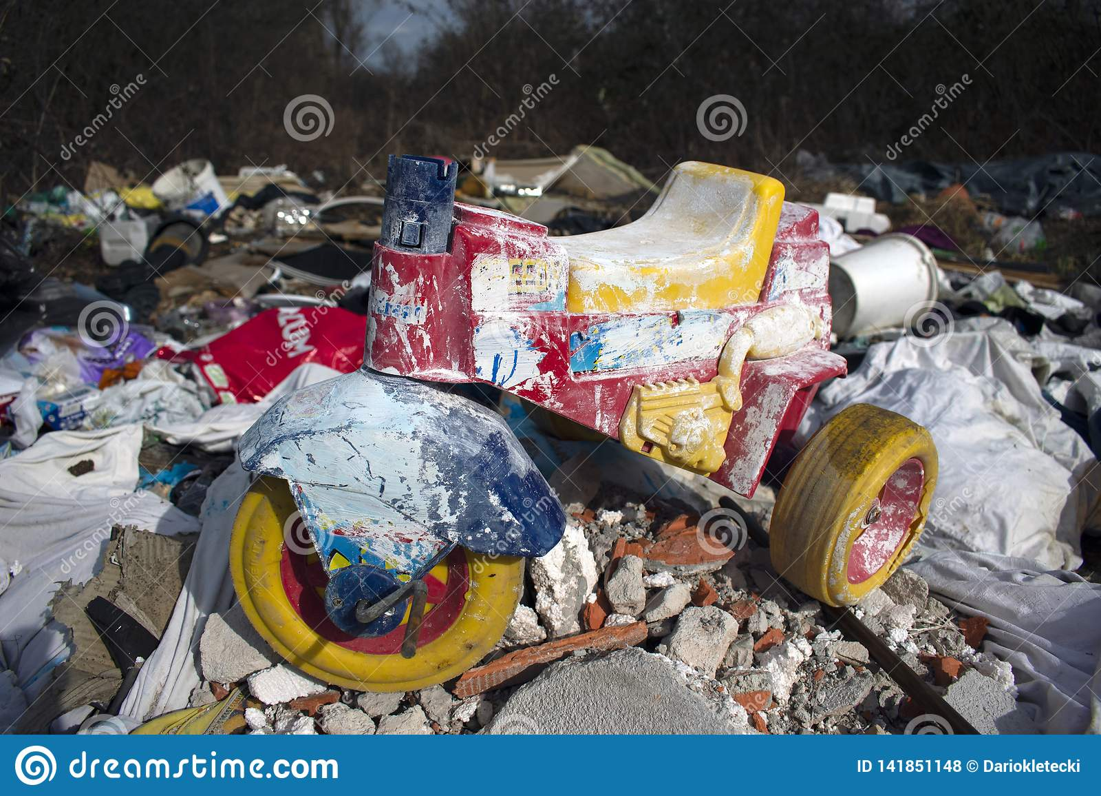 Bicicleta da criança na pilha da descarga