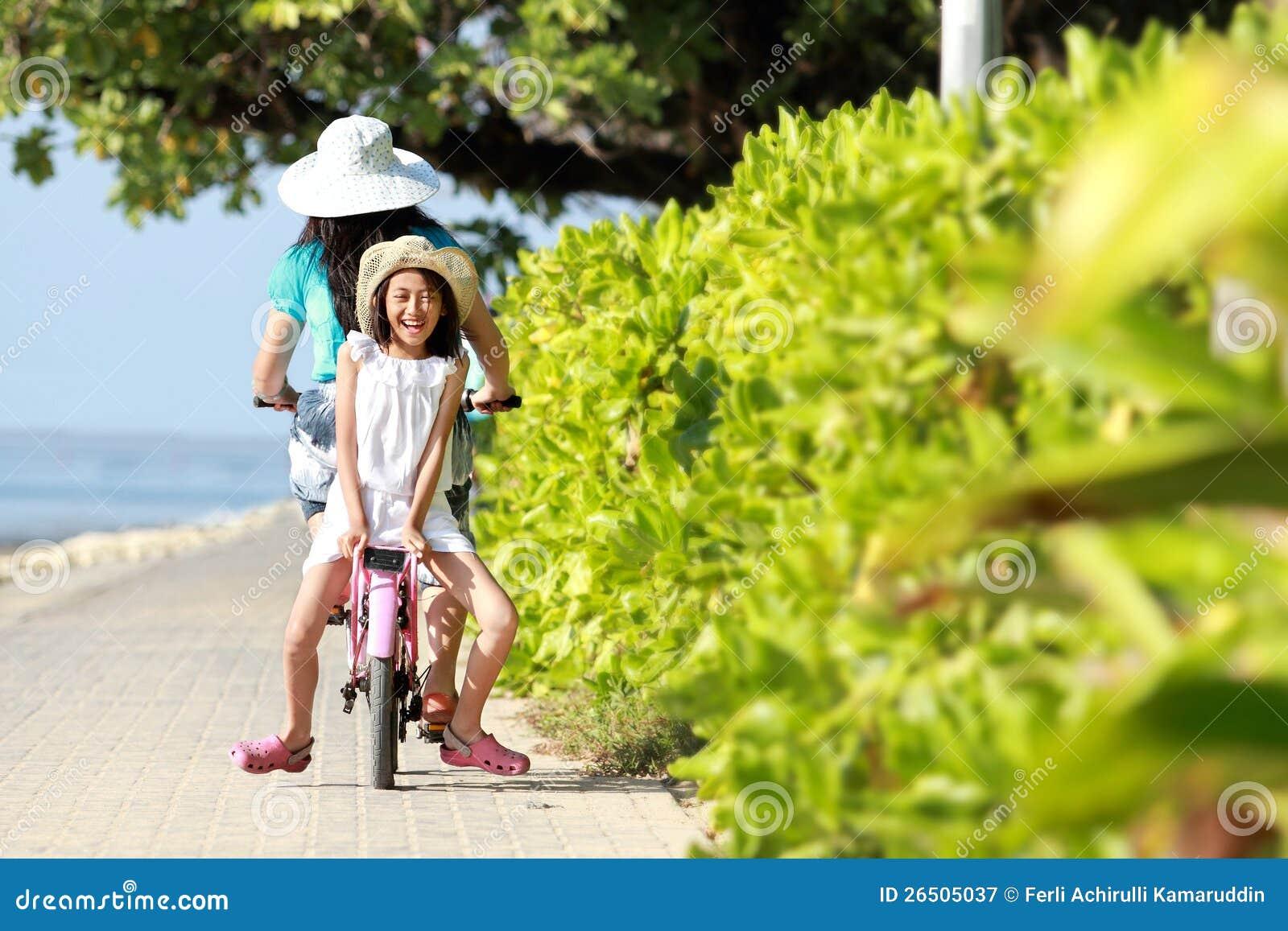 Bicicleta da equitação da menina ao ar livre
