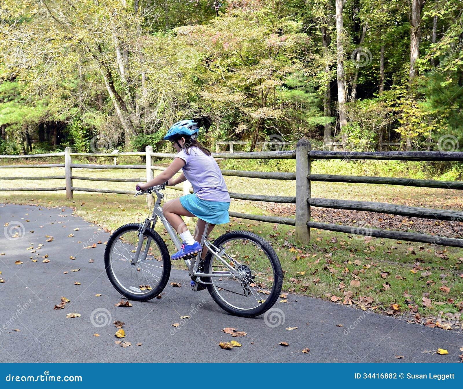 Bicicleta da equitação da moça