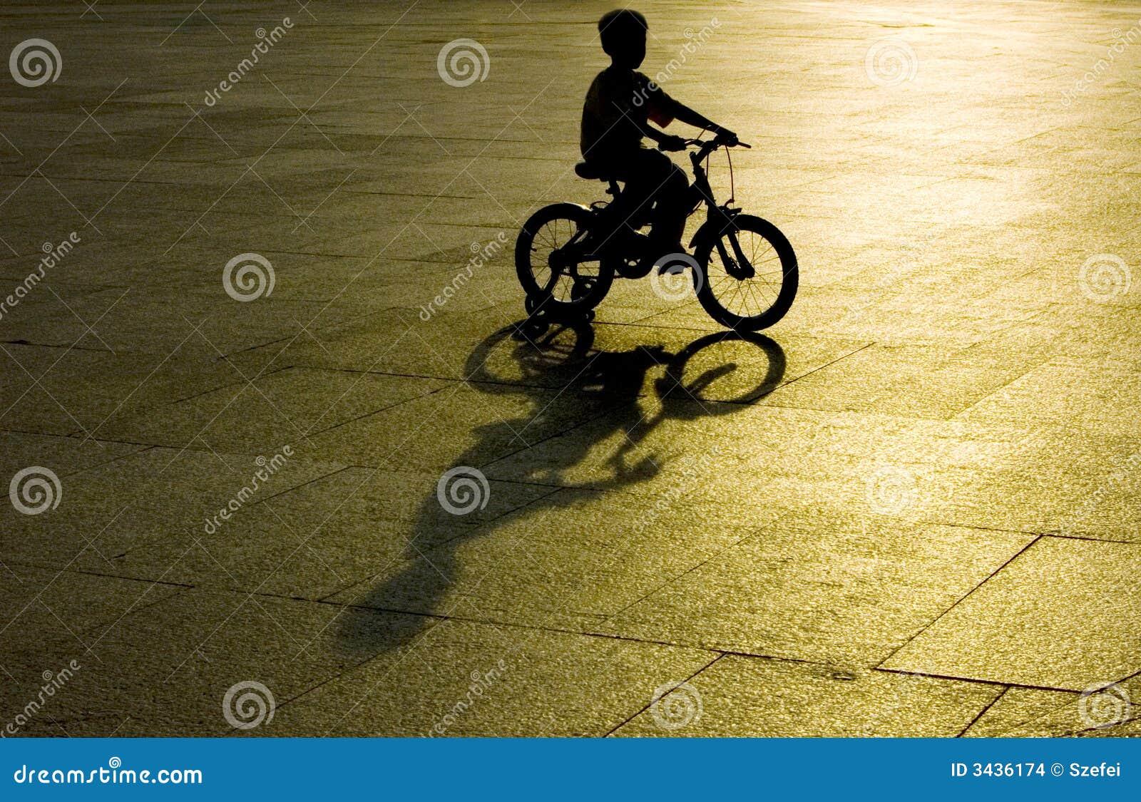 Bicicleta da equitação do miúdo