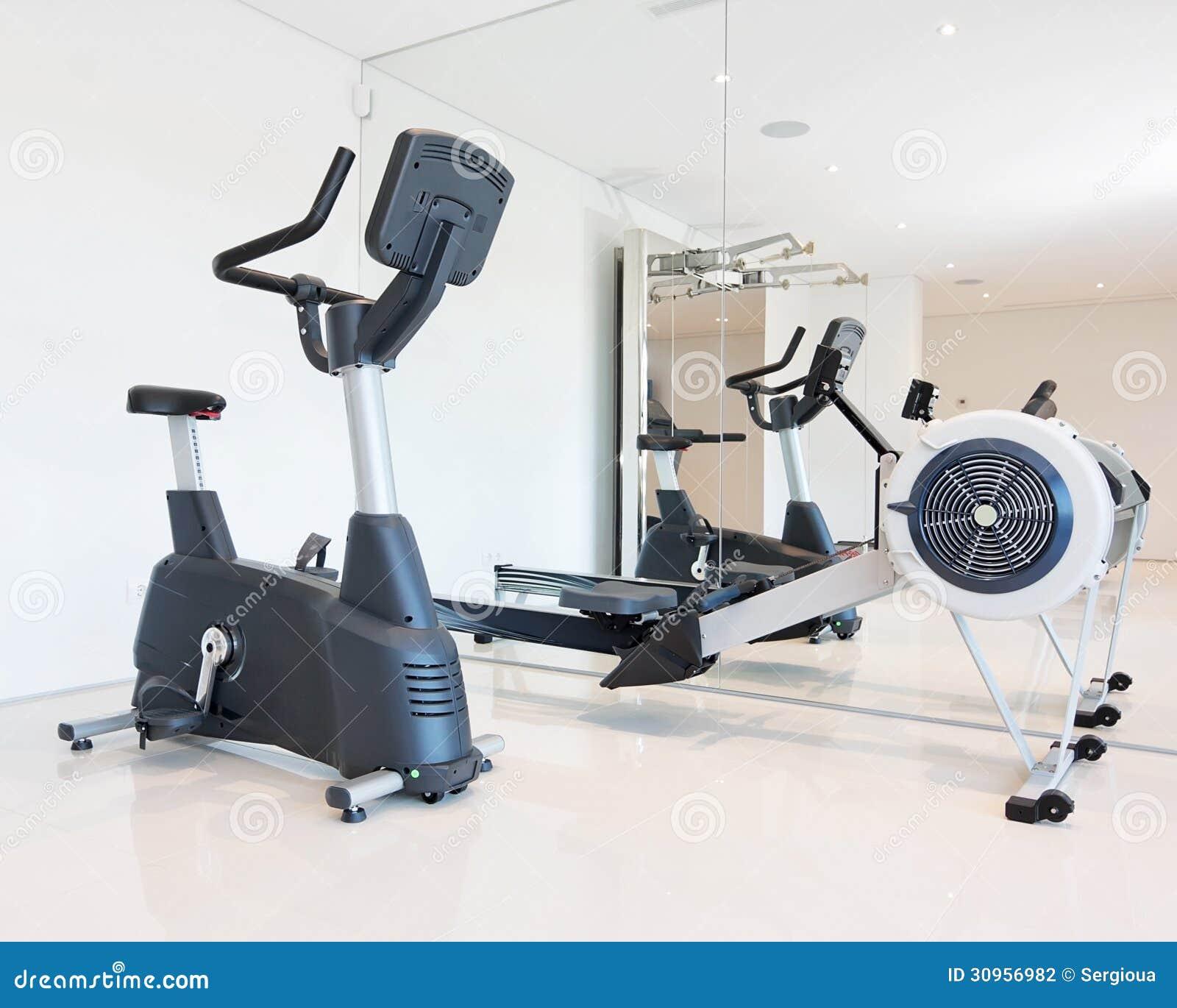 Bicicleta de exercício e simulador do enfileiramento.