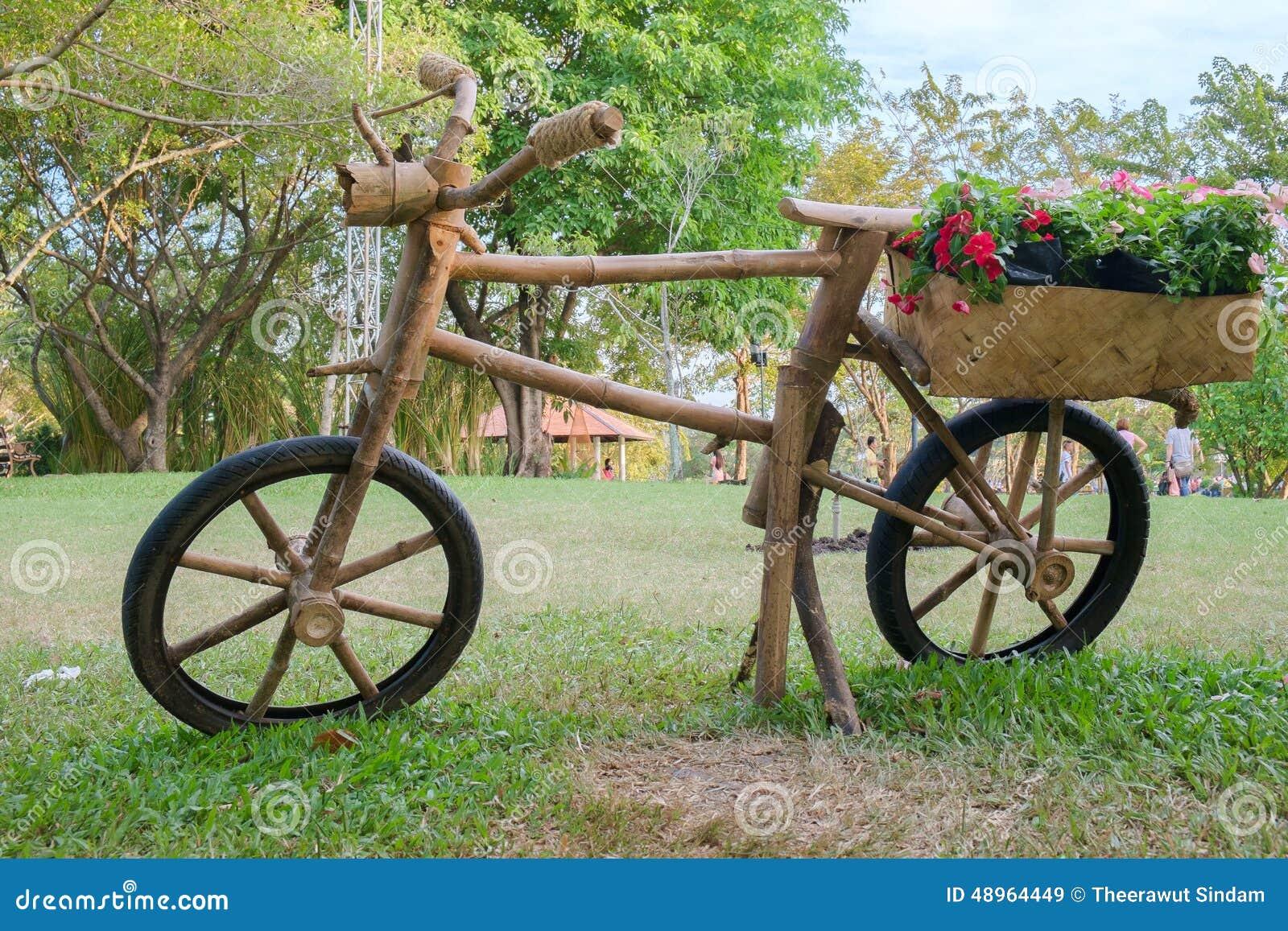 Bicicleta De Madeira Com A Caixa Da Flor Imagem de Stock Editorial  #789932 1300x957