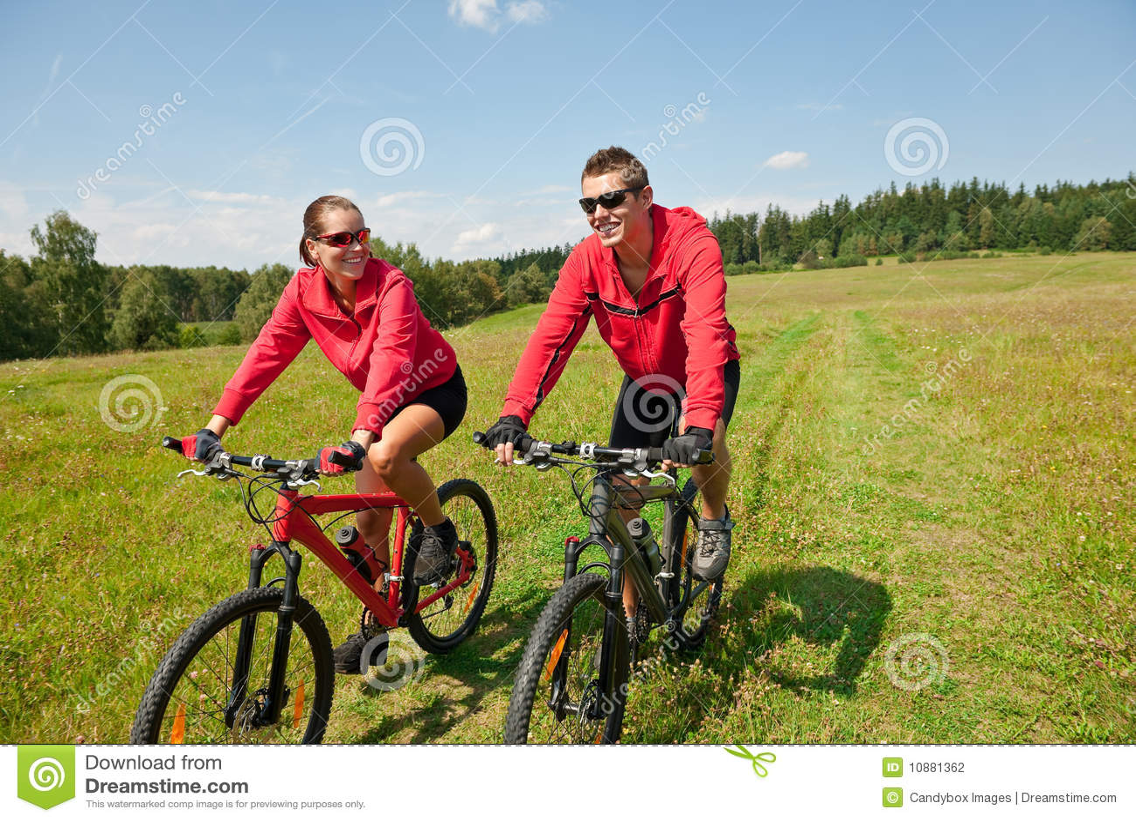 Bicicleta de montanha Sportive da equitação dos pares no prado
