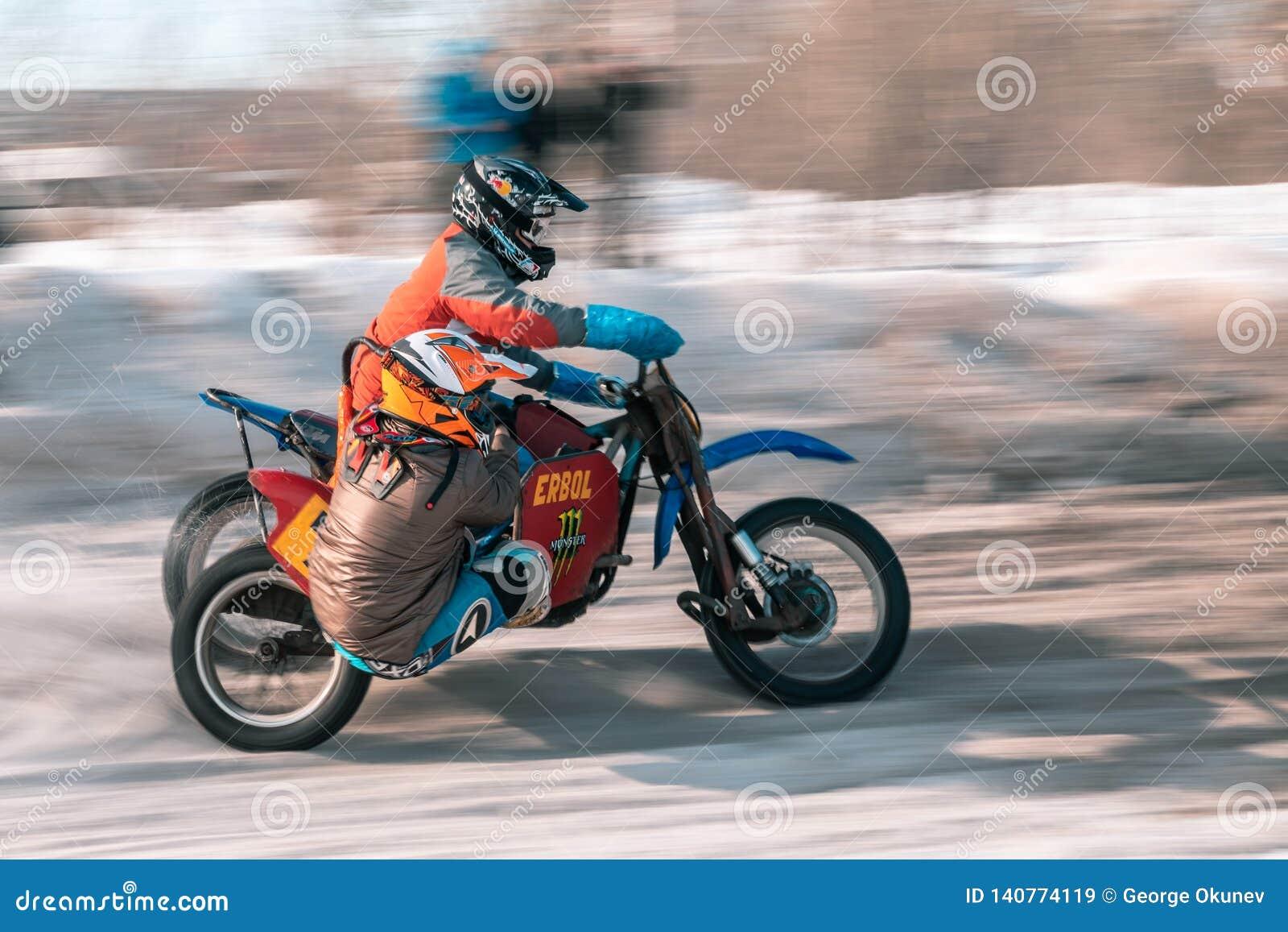 A bicicleta do motocross da roda traseira