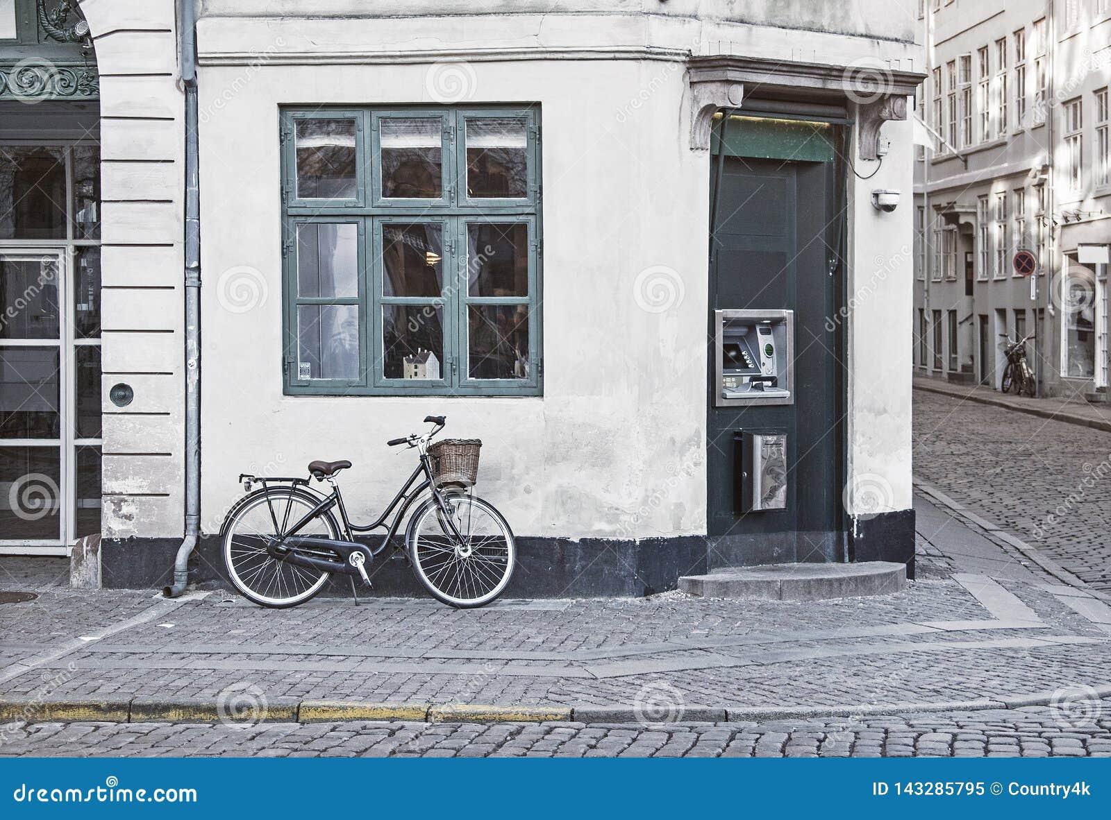 Bicicleta do vintage na rua velha de Copenhaga