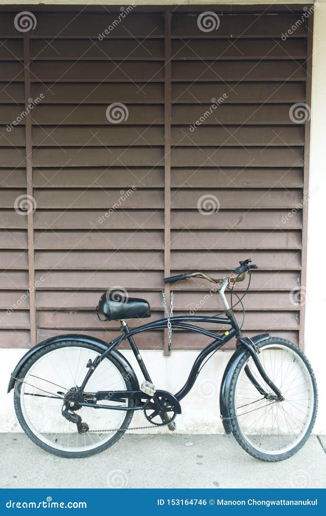 Bicicleta preta que estaciona no parque