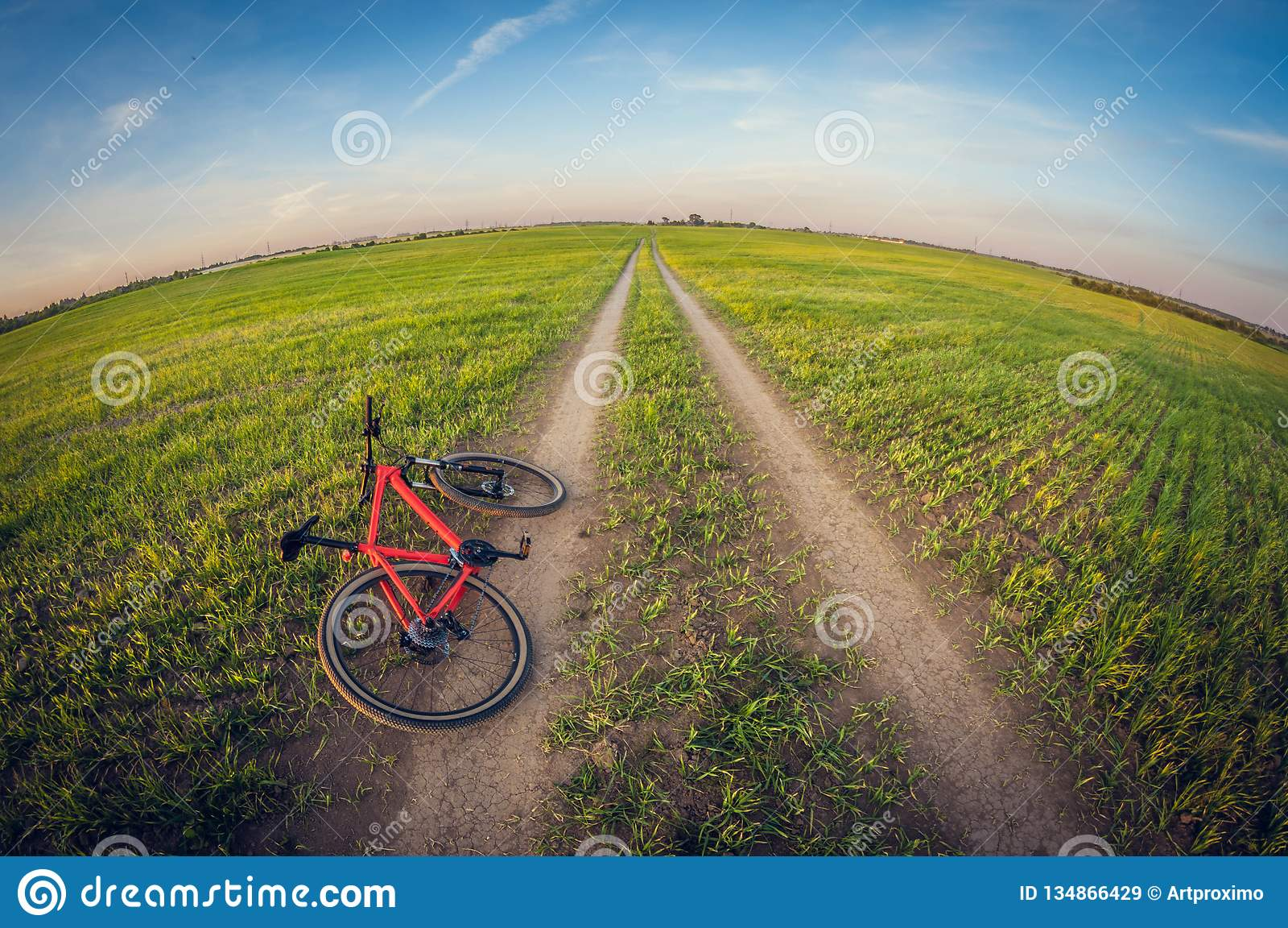 Bicicleta que encontra-se em uma estrada de terra no campo, distorção do fisheye