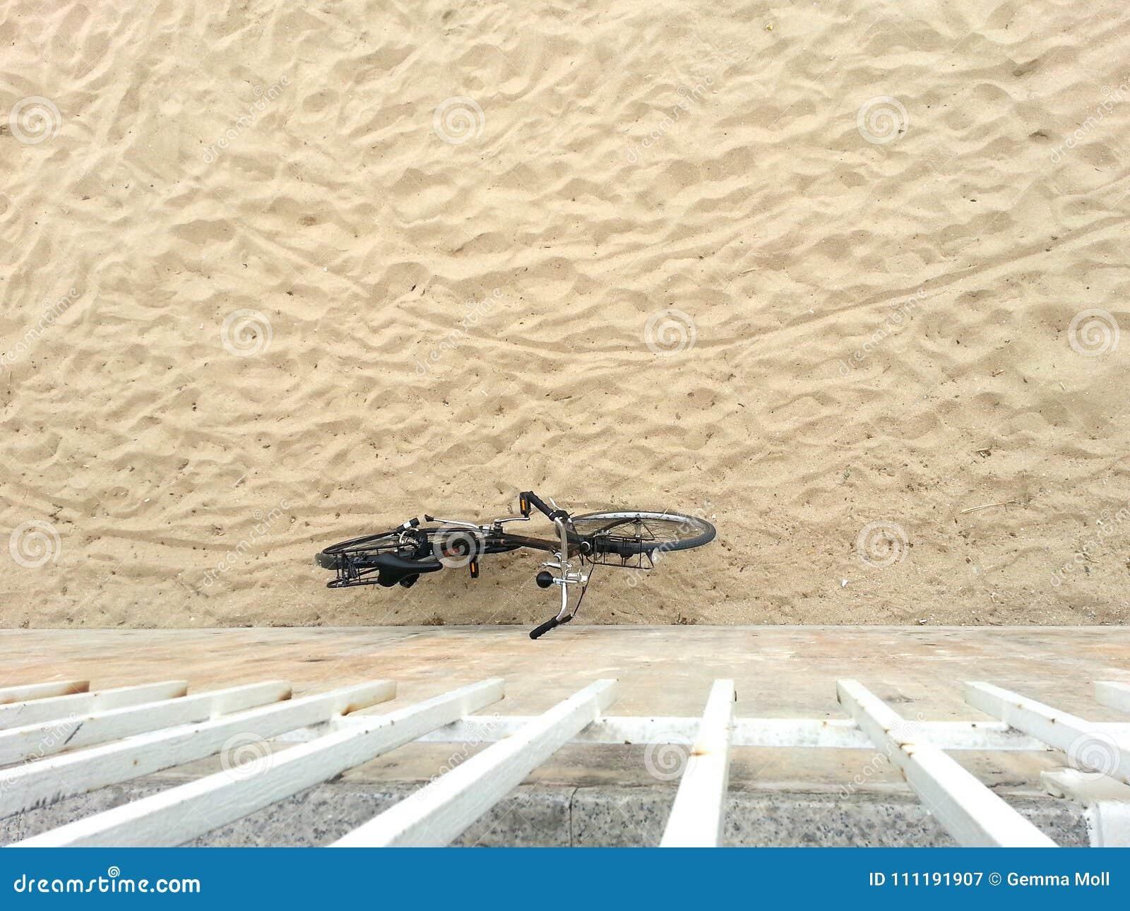 Bicicleta que inclina-se na parede da praia