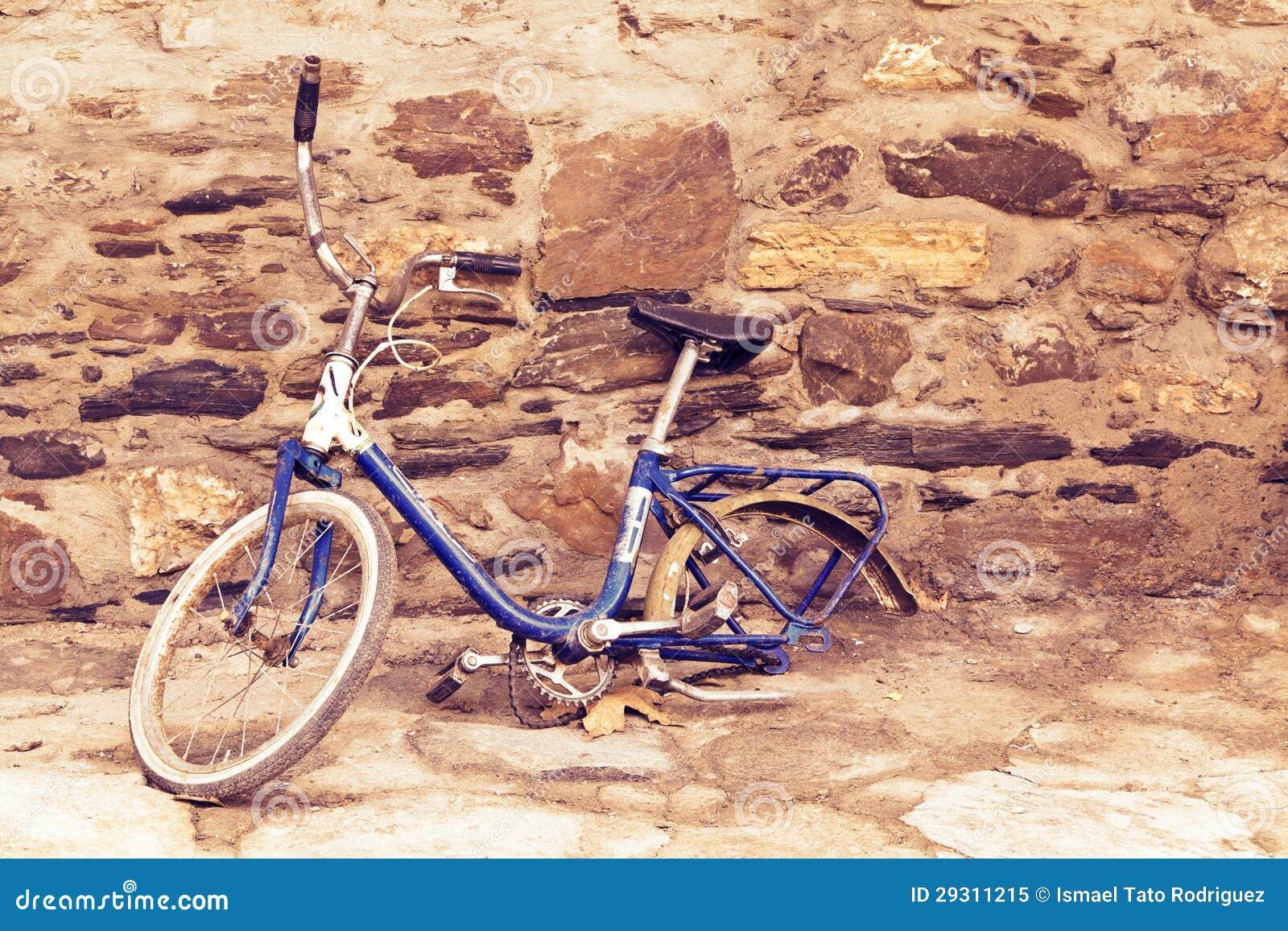 #A36328 quebrada velha sem a roda traseira inclinando se contra uma parede de  1448 Sonhar Com Janelas De Vidro Quebradas