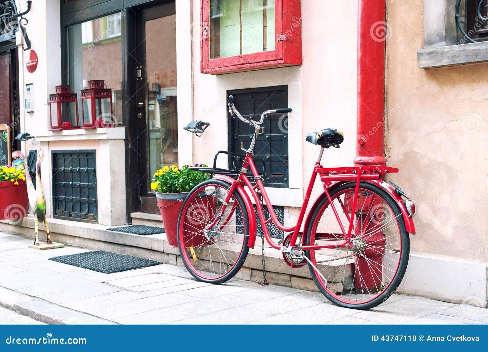 Bicicleta retro vermelha outdoors