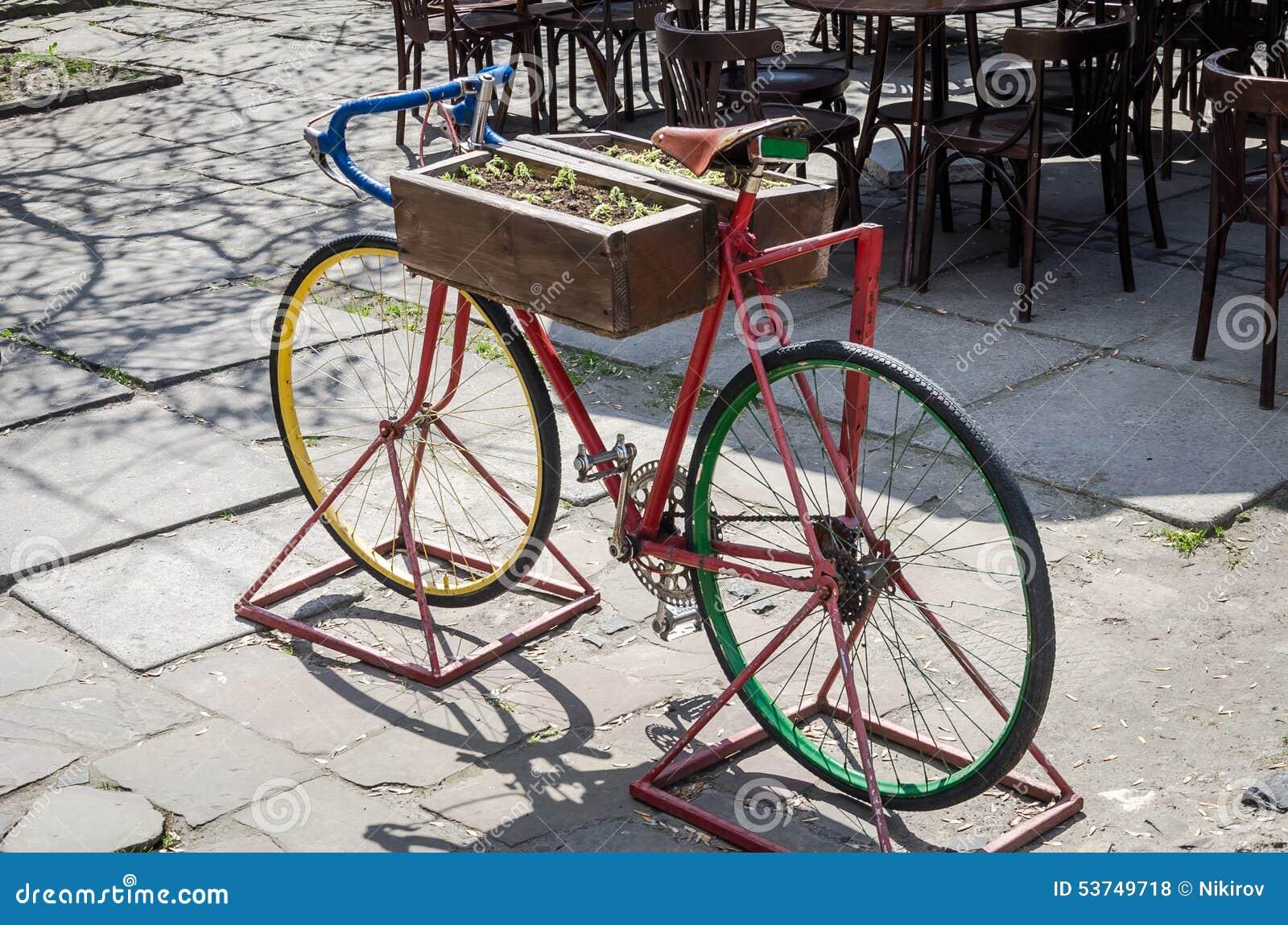 Bicicleta Roja Vieja Del Vintage Con Las Flores En El Marco De La ...