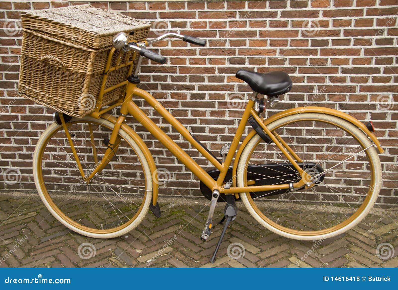 Bicicleta velha do vintage com cesta foto de stock - Cestas para bicicletas ...