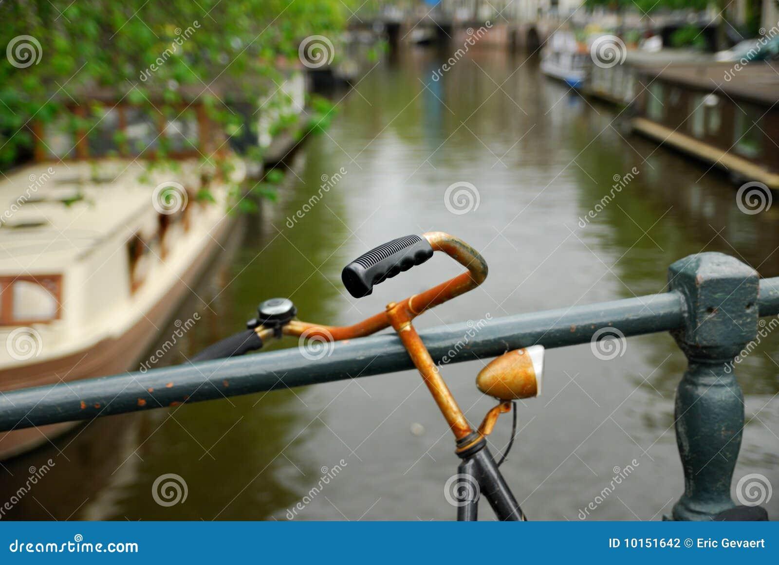 Bicicleta y canal holandeses en Amsterdam