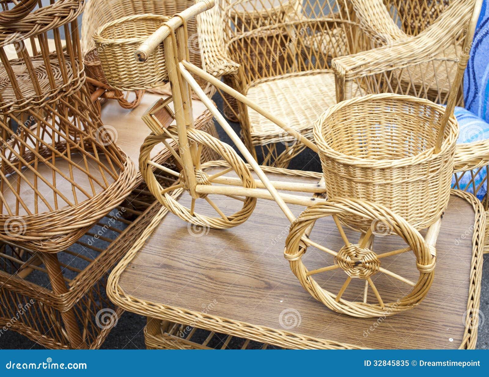 Bicicleta de mimbre y muebles hechos de la barra de mimbre orgánica