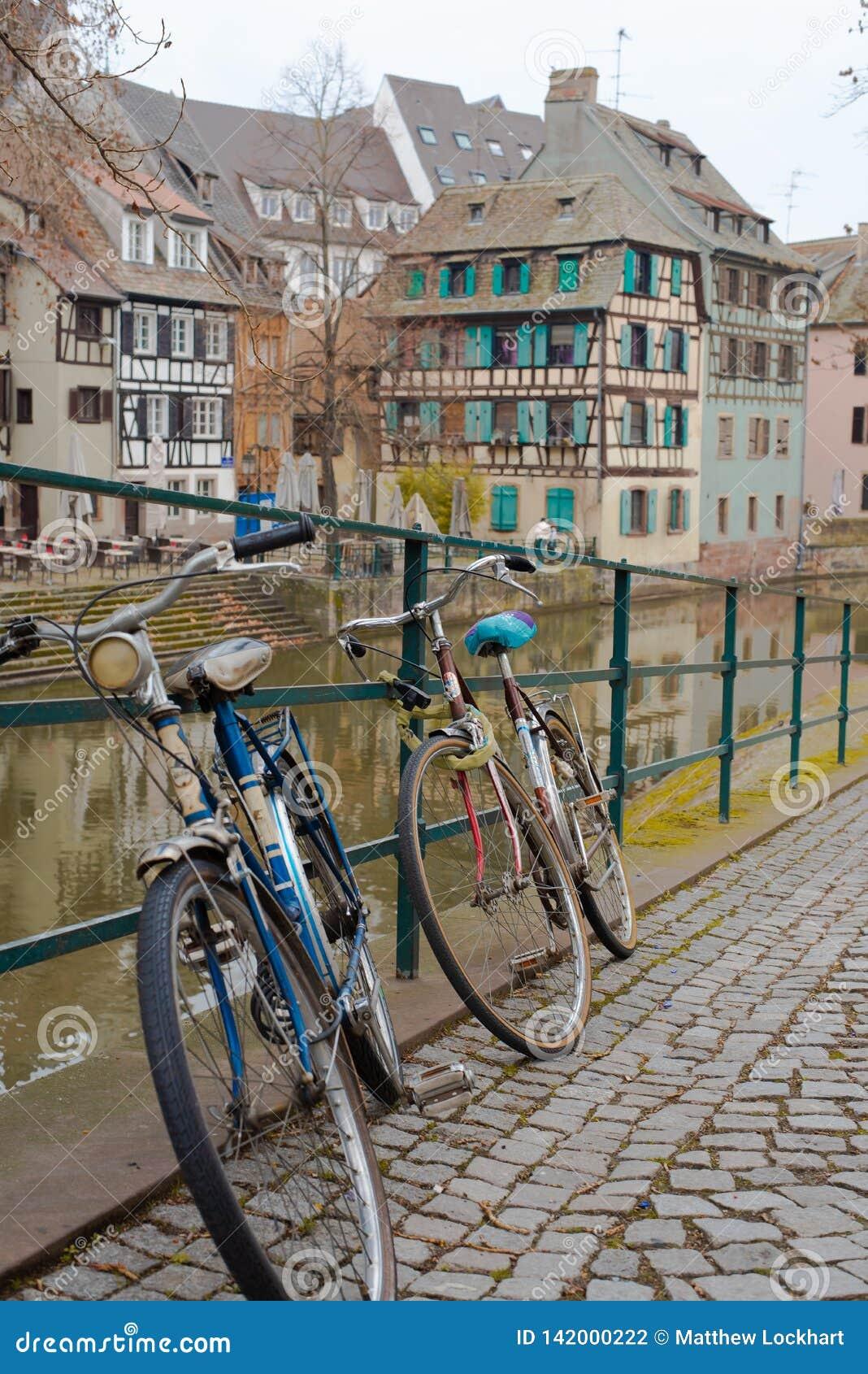 Bicicletas de Strasbourg na frente do rio