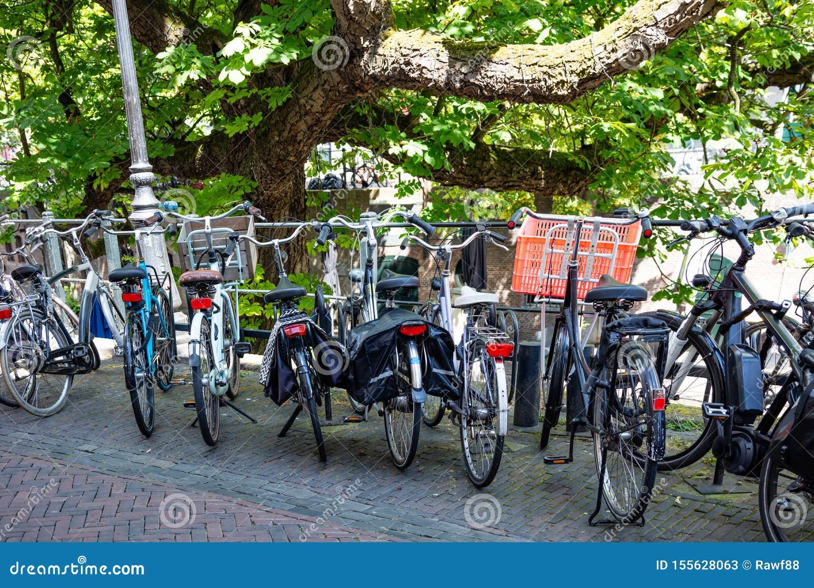Bicicletas em um trilho do canal do rio na cidade de Utrecht, Países Baixos