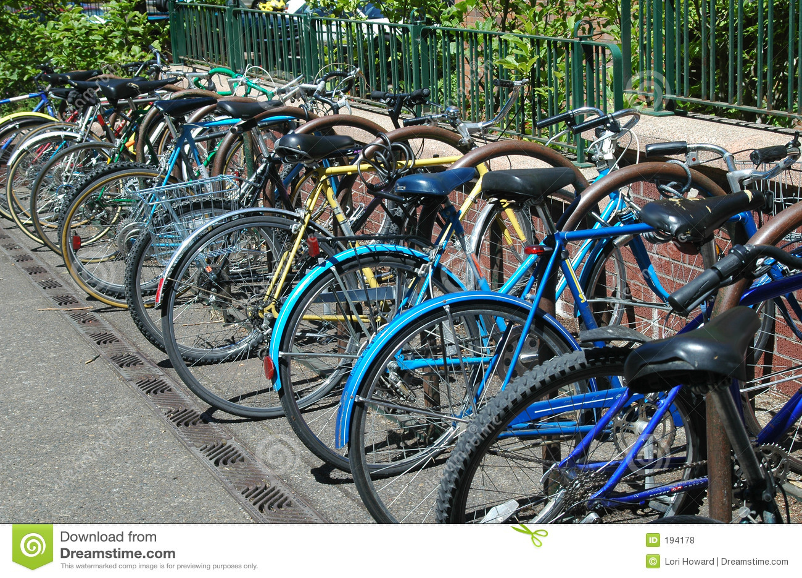 Bicicletas Locked no terreno da faculdade
