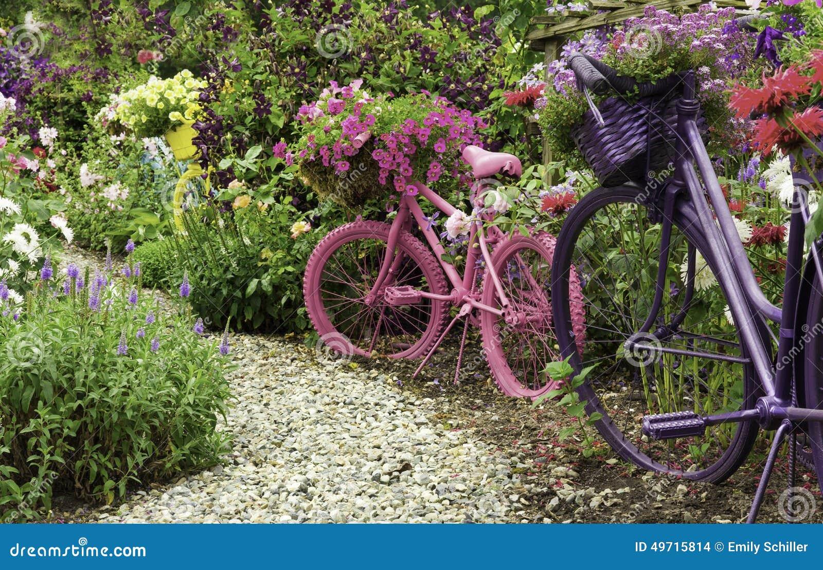 Bicicletas pintadas como jard n art planters foto de for Guardar bicicletas en el jardin