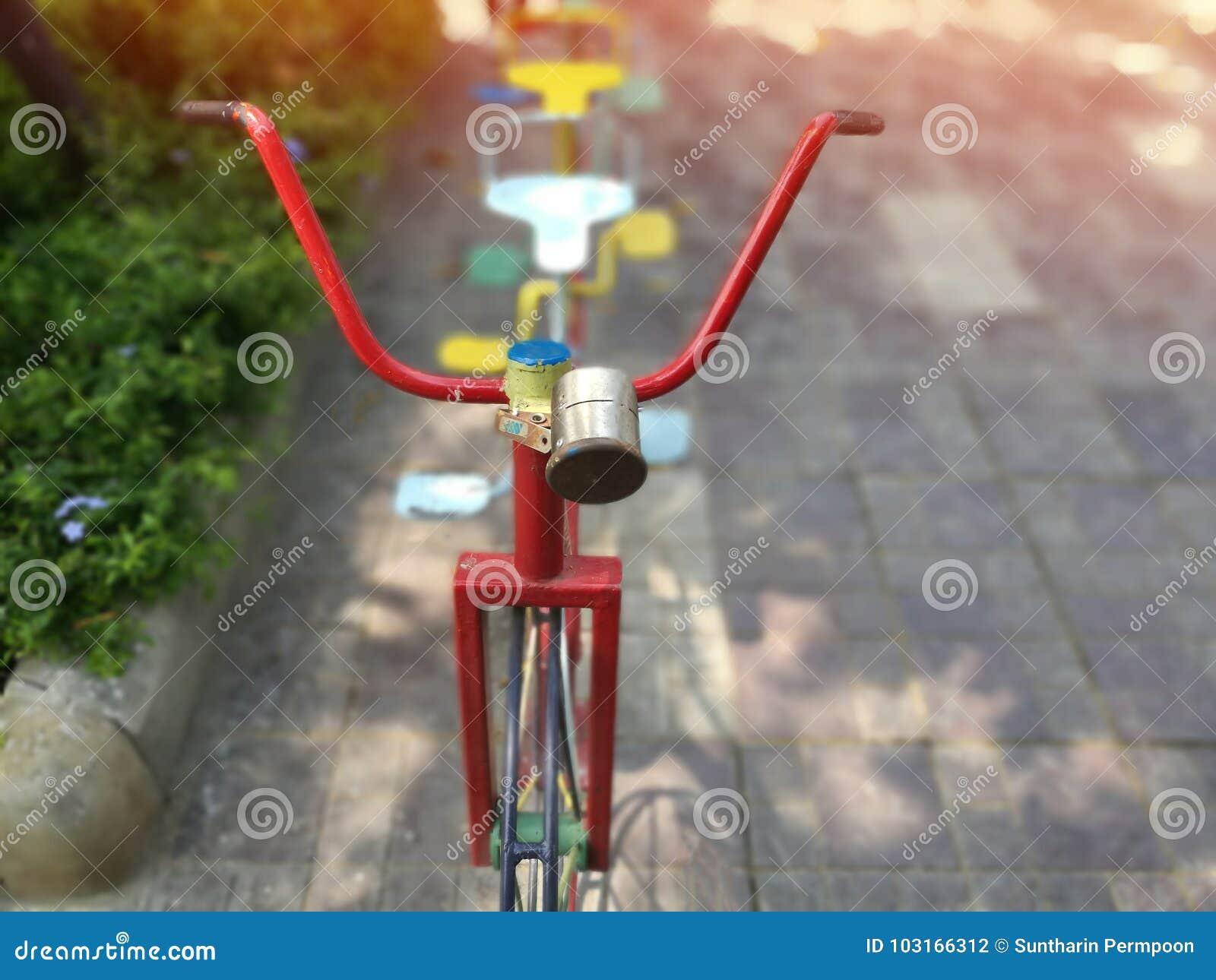 Bicicletas velhas borradas para que as crianças joguem e exercitem