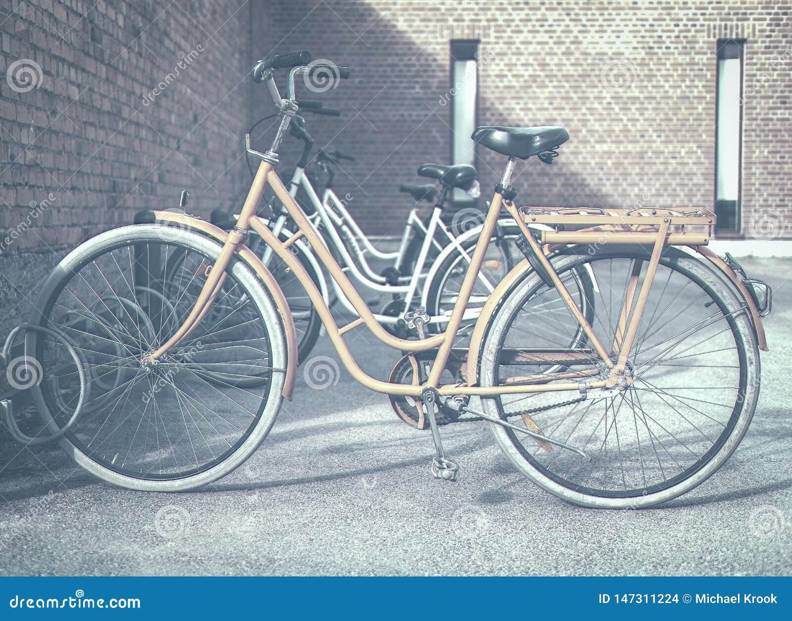 Bicicletta arancio in un supporto del ciclo