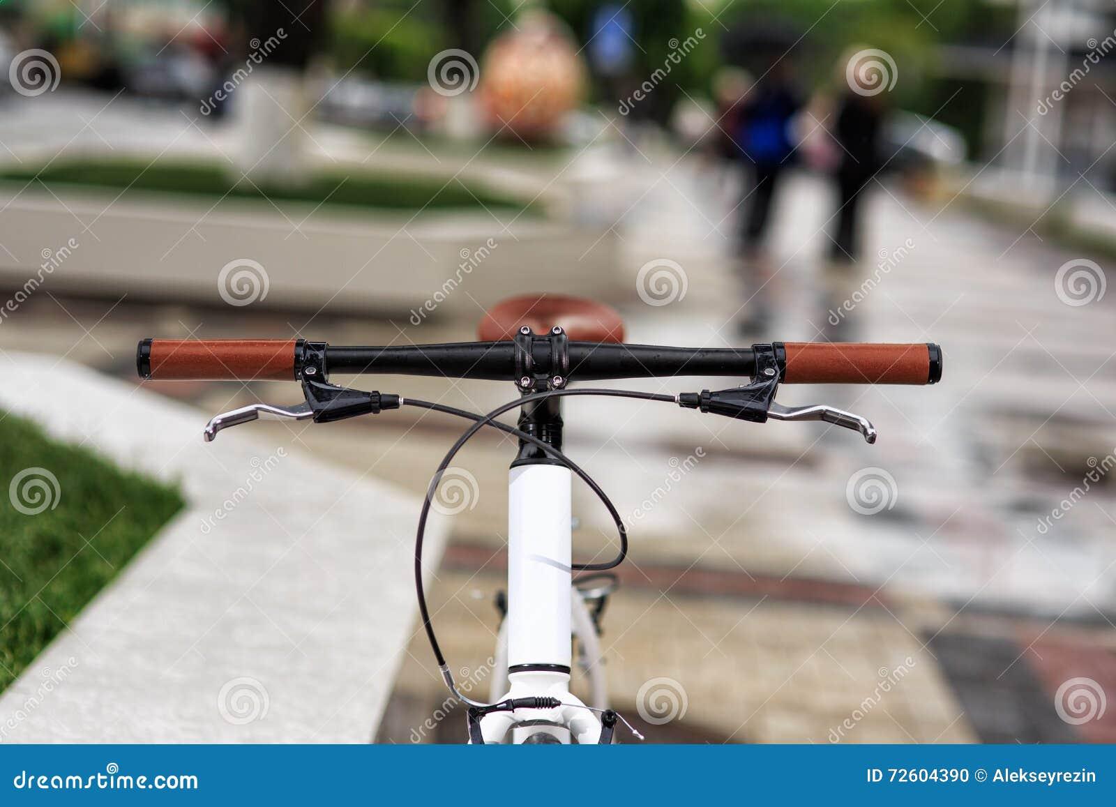 Bicicletta bianca dell fisso-ingranaggio sulla via