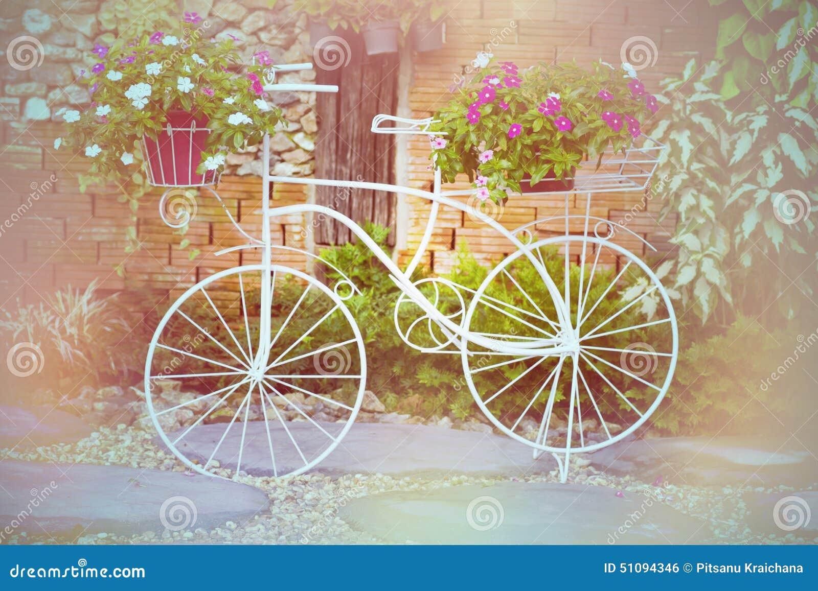Bicicletta Con I Fiori In Giardino Fotografia Stock - Immagine ...