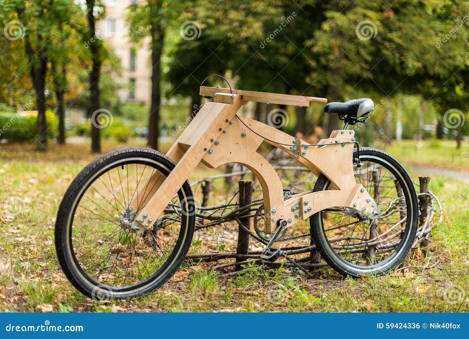 Bicicletta Di Legno Fatta A Mano Dai Materiali Di Eco Fotografia
