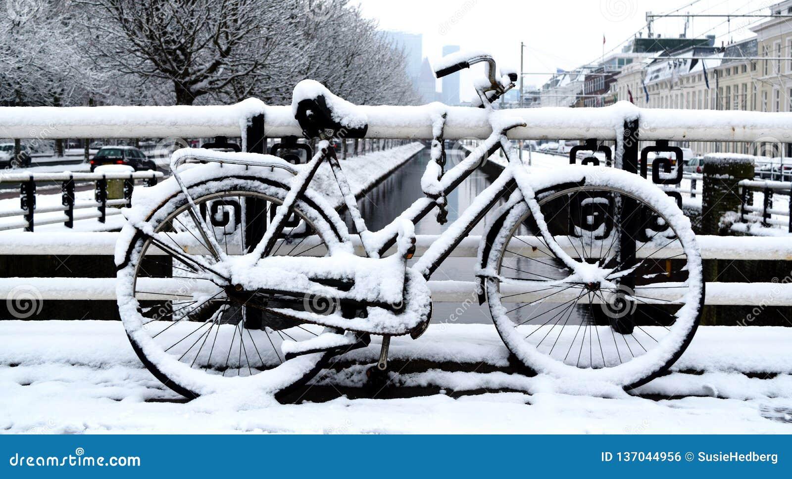 Bicicletta parcheggiata un giorno di inverno nella città