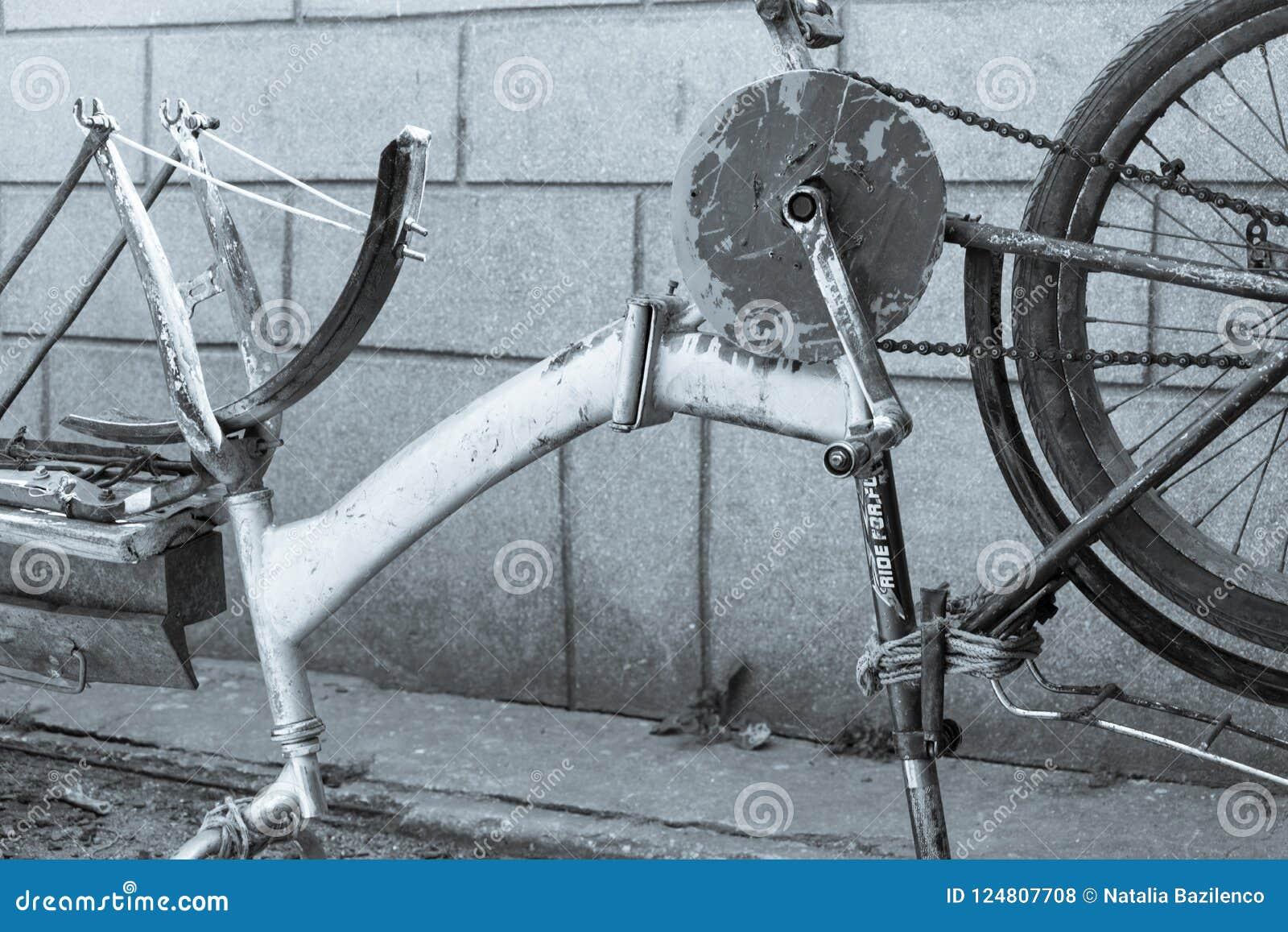 Bicicletta Rotta Fotografia Stock Immagine Di Metallo 124807708