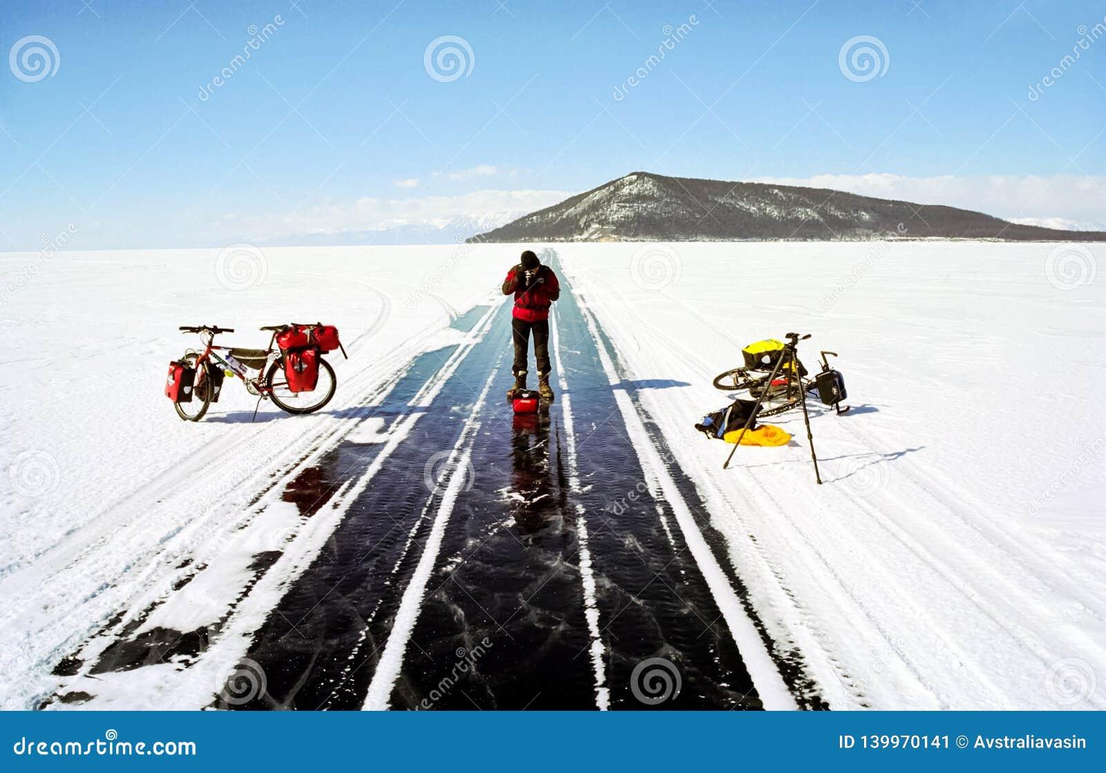 Bicicletta sul ghiaccio di Baikal, una passeggiata con una bicicletta con l inverno Baikal