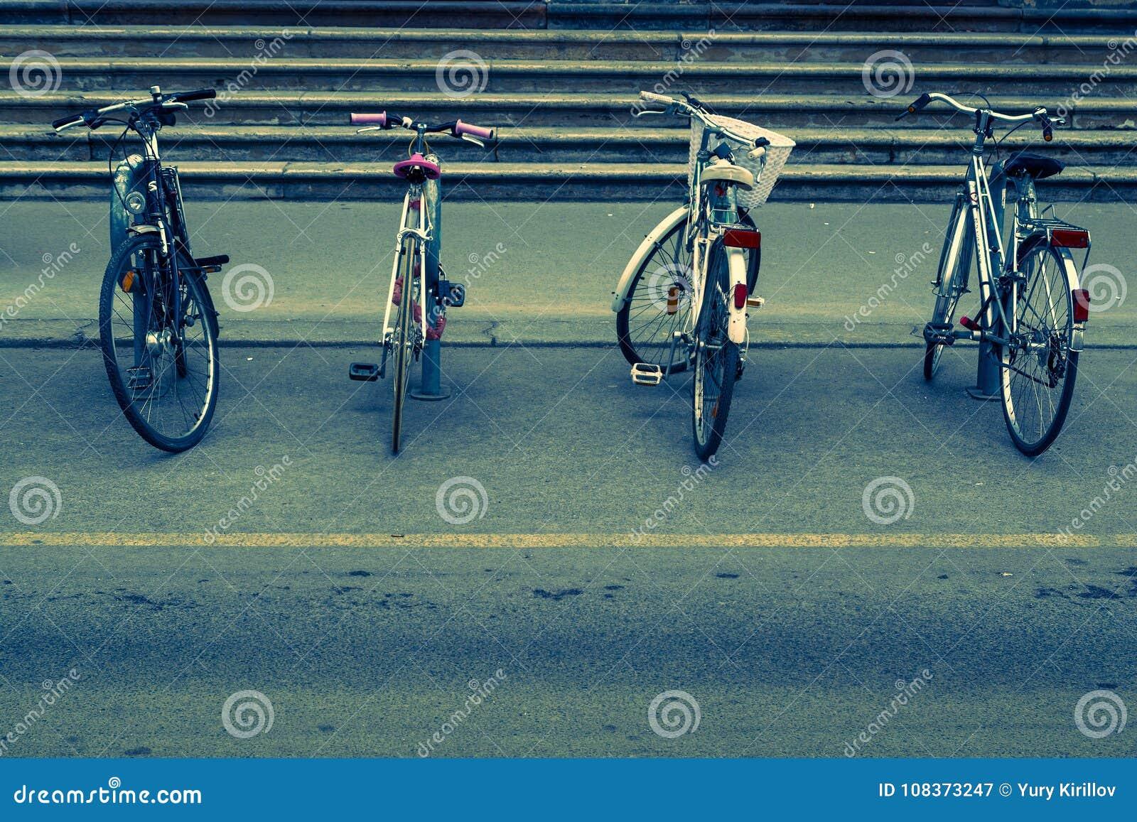 Biciclette parcheggiate alla scala della costruzione