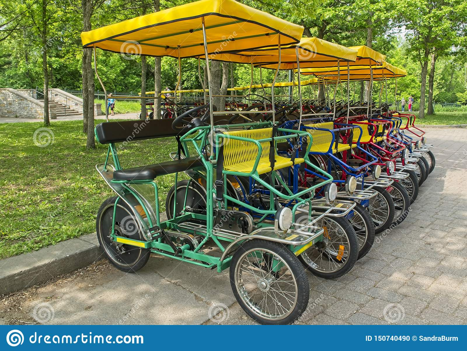 Bicis de cuatro ruedas de alquiler en el parque