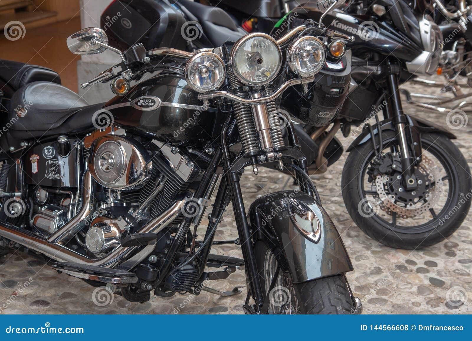 Bicis de las motocicletas del vintage y coches de deportes estupendos