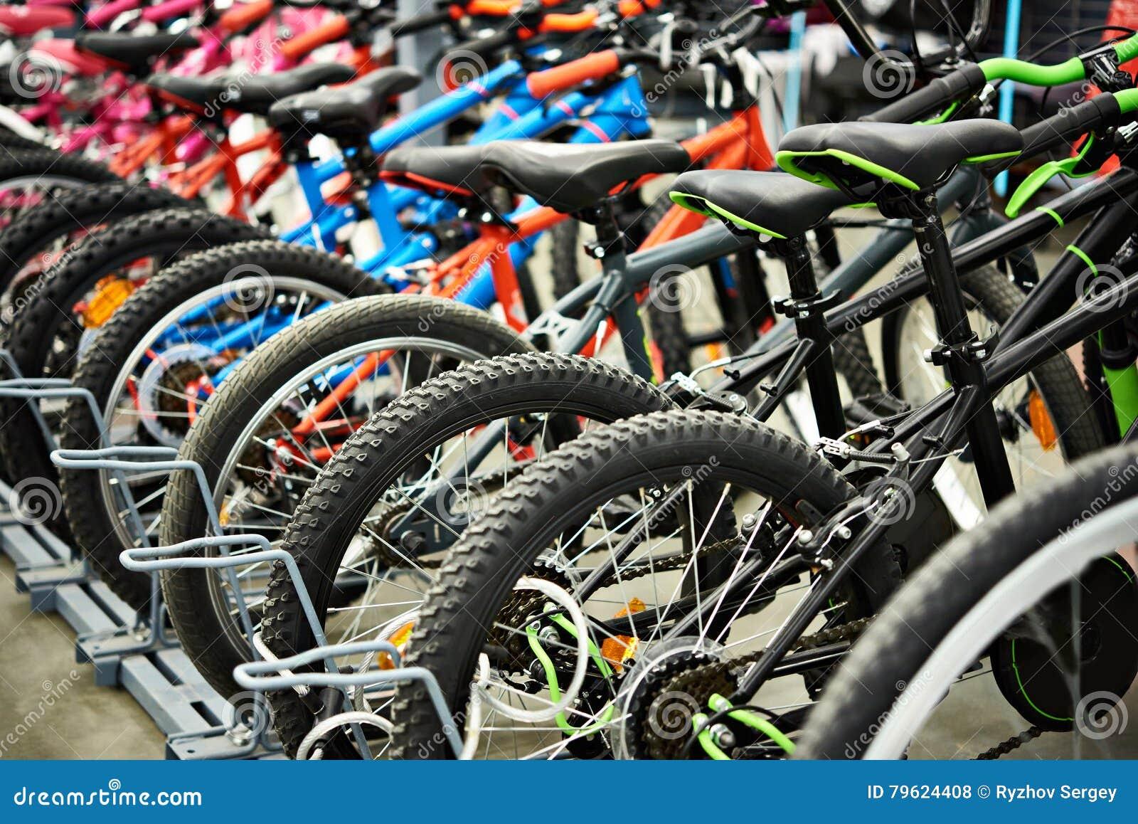 Bicis de montaña modernas en tienda