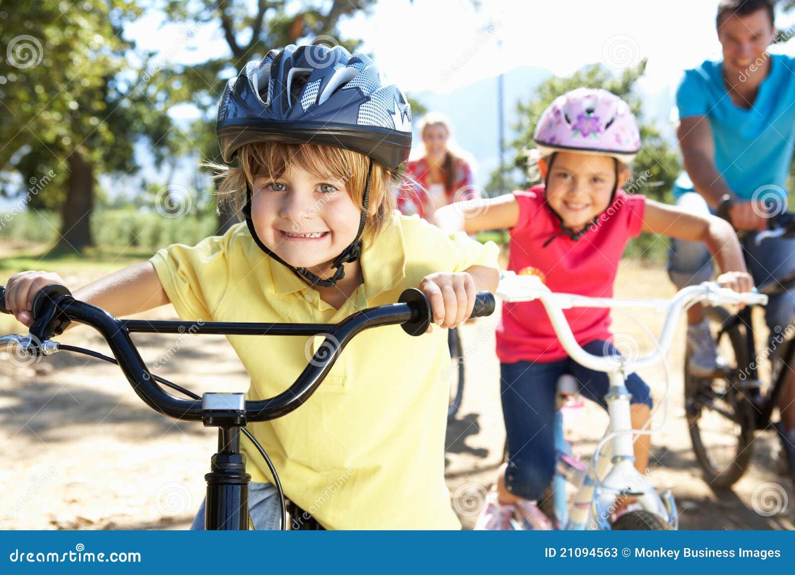 Bicis del montar a caballo de la familia que se divierten