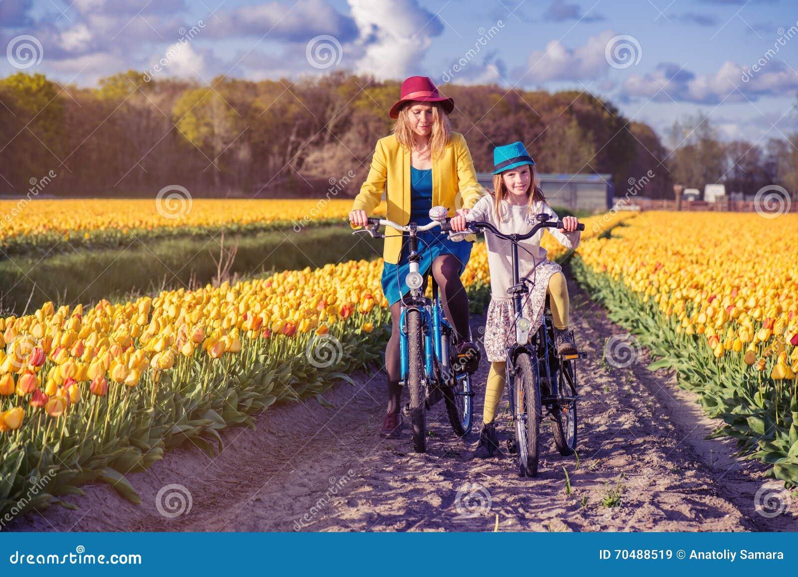 Bicis del montar a caballo de la mamá y de la hija