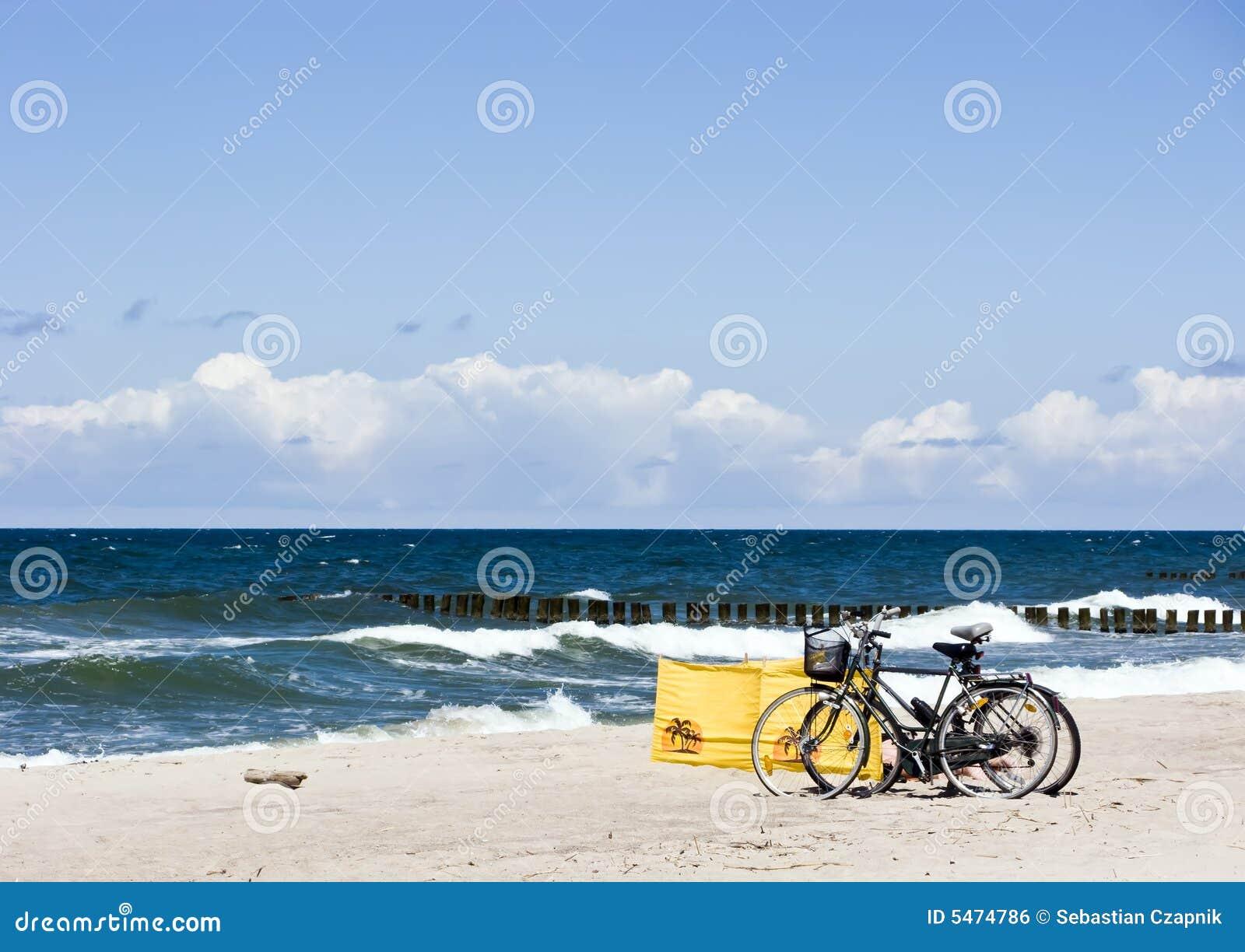 Bicis en una playa