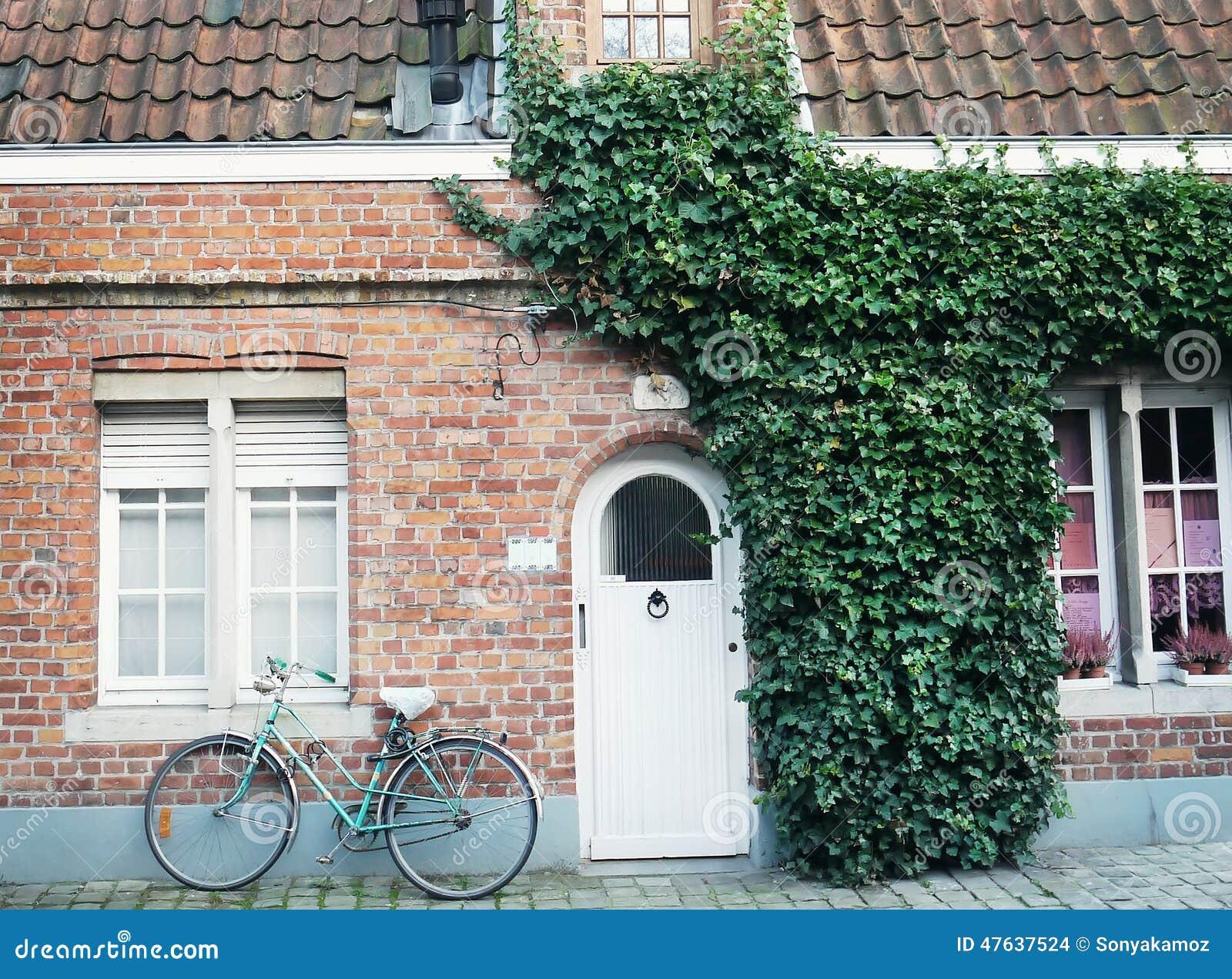 Bicyclette l 39 ancienne devant le mur de briques rouge photo stock imag - Brique rouge ancienne ...
