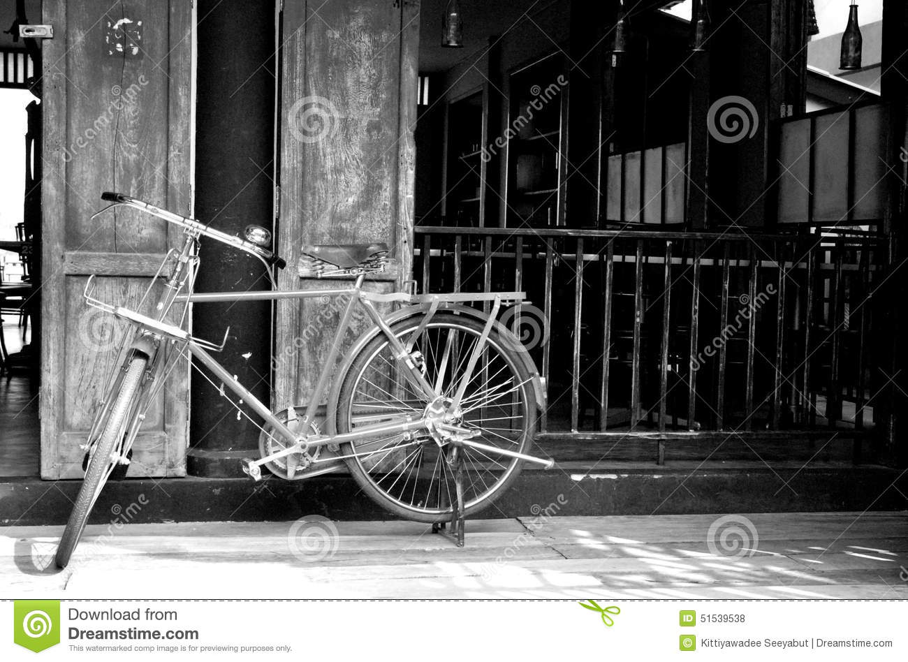 bicyclette classique blanc et noir de vintage photo stock image du vieux classique 51539538. Black Bedroom Furniture Sets. Home Design Ideas