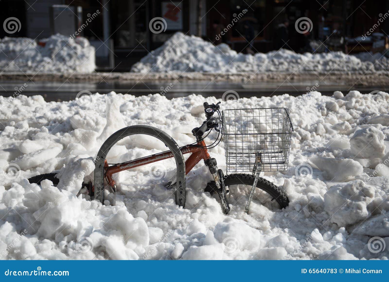 Bicyclette enterrée dans la neige profonde après tempête de neige