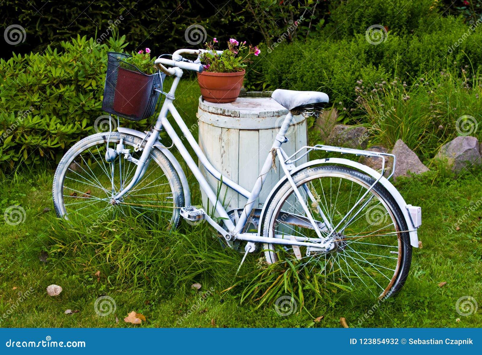 Bicyclette Ou Vélo Blanche Comme Décoration De Jardin Photo stock ...