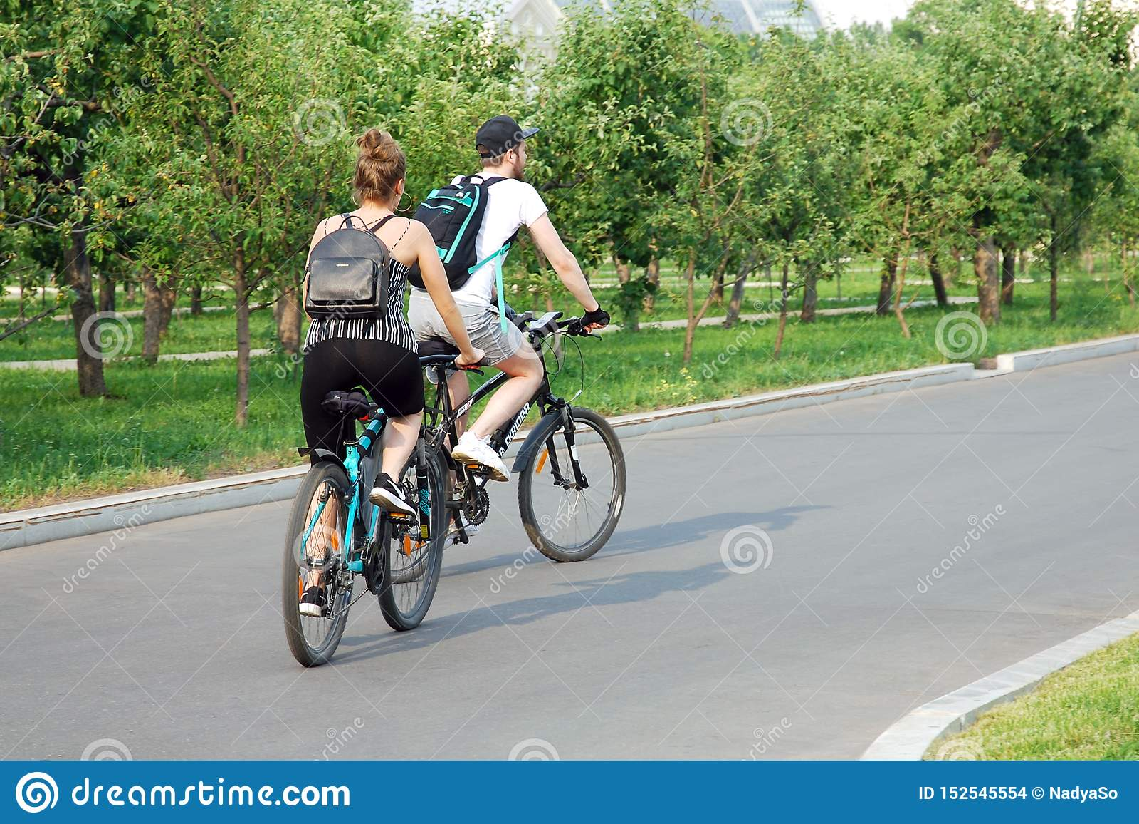 Bicyclettes de monte de jeunes couples en parc d été