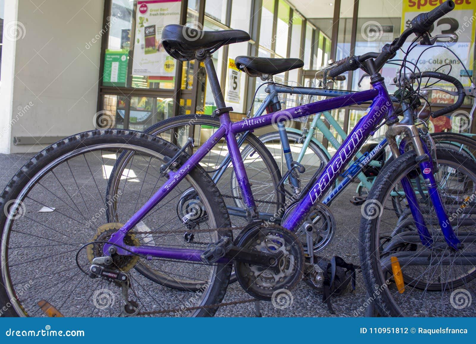 Bicyclettes garées à l entrée de supermarché