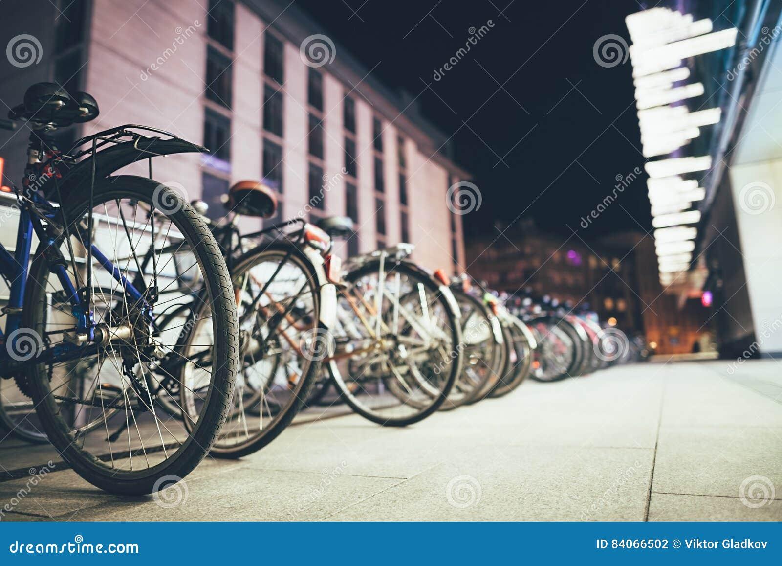 Bicyclettes sur le stationnement dans la ville européenne