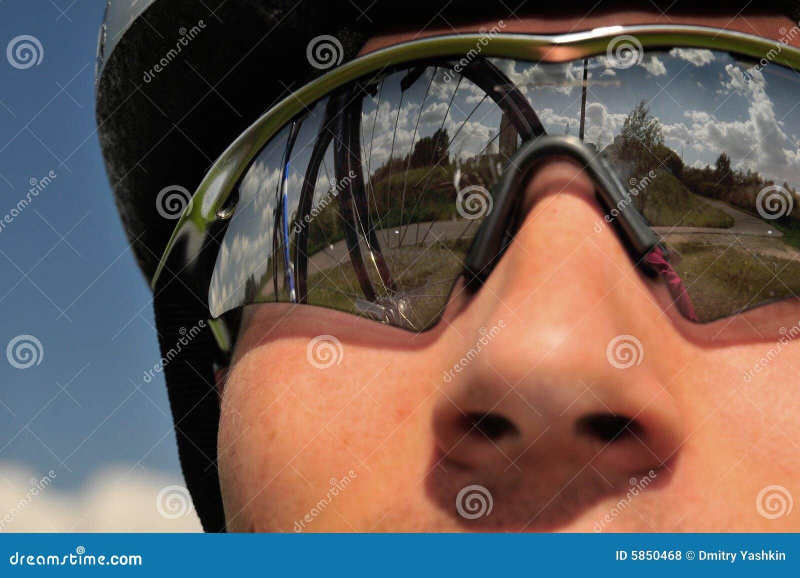Bicyclist em um fundo do céu