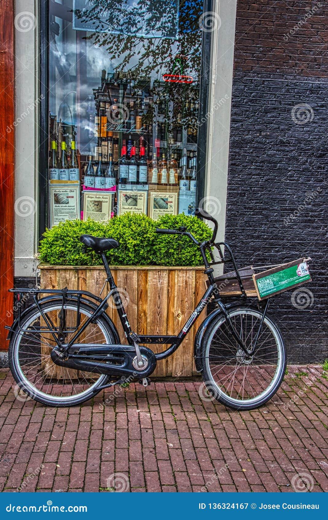 Bicykl przed butikiem w Amsterdam