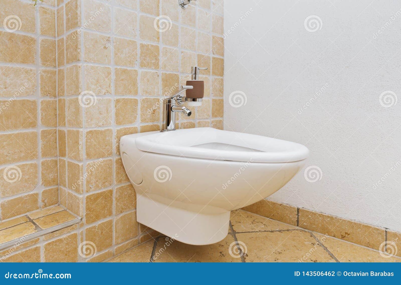 Bidet in bagno con le mattonelle mediterranee