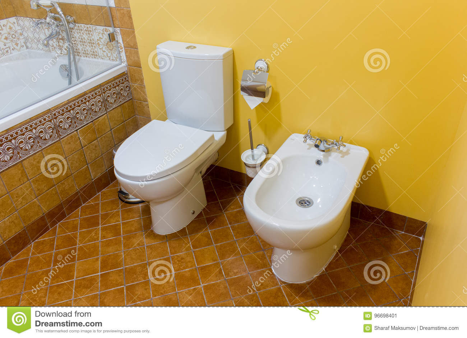 Bidet e toilette ceramici bianchi in bagno moderno