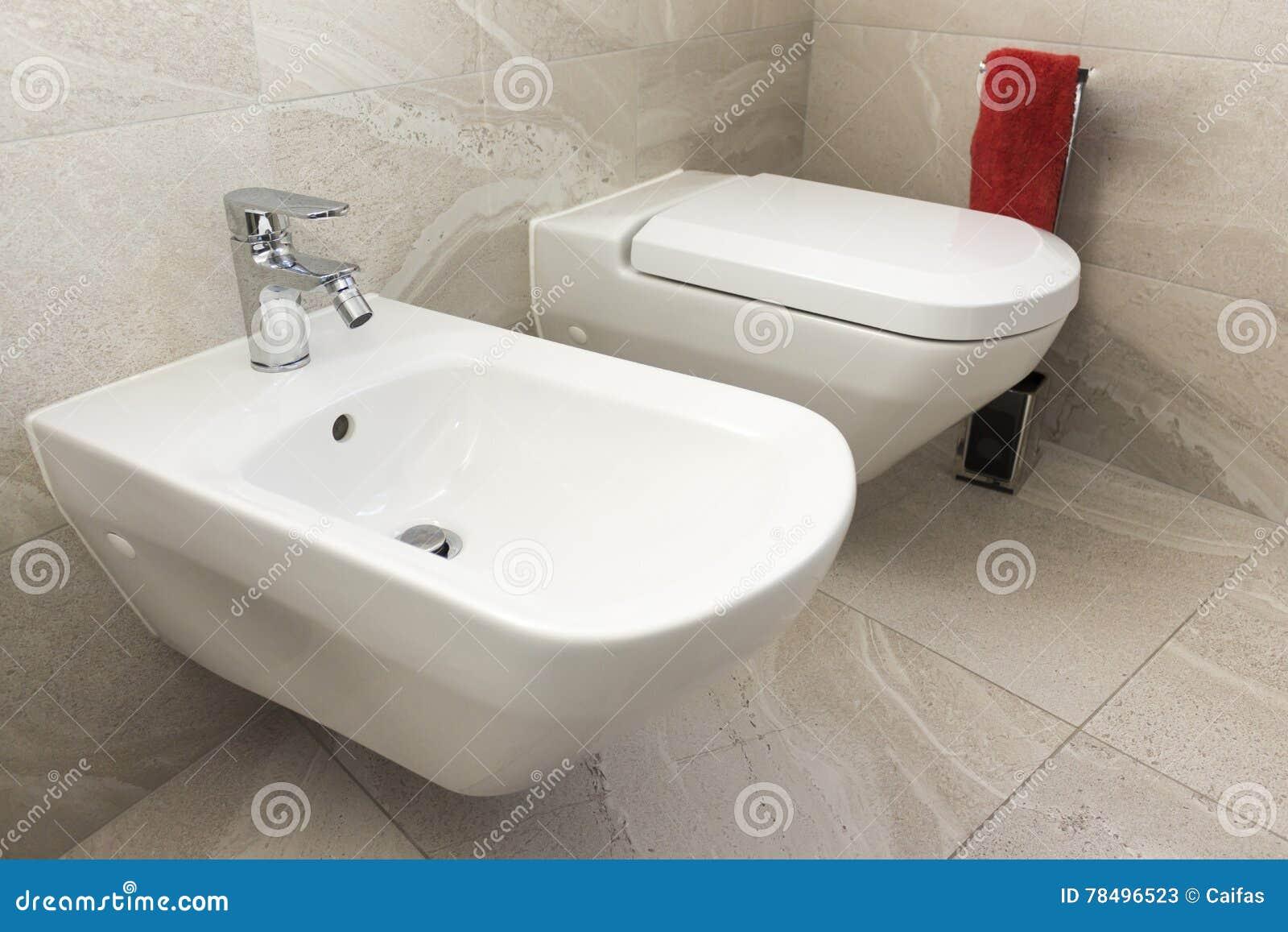 Bidet e wc nel bagno fotografia stock immagine 78496523 - Spiata nel bagno ...